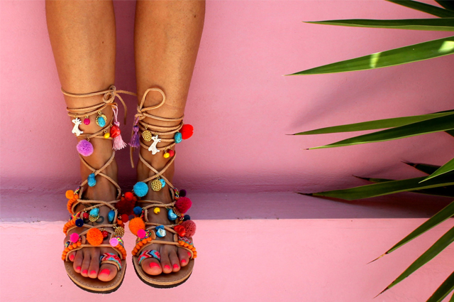 Gladiator Sandalen mit Pom Poms im Ethno-Boho Look von Dimitras Workshop, kaufen bei Etsy