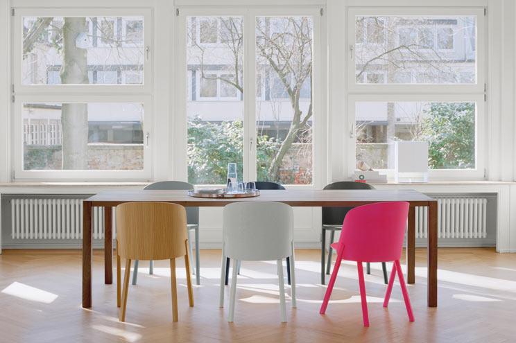 Massivholztisch Bigfoot und Stühle THIS in Neon und Weiß von e15, Holzesstisch, Designerstühle