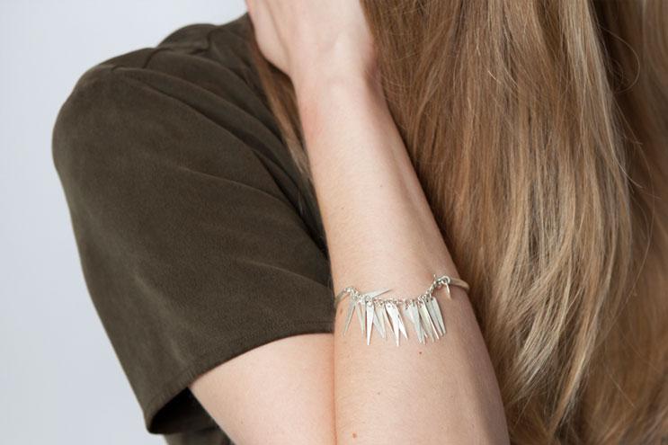 silberarmband mit fein gearbeiteten anhängern