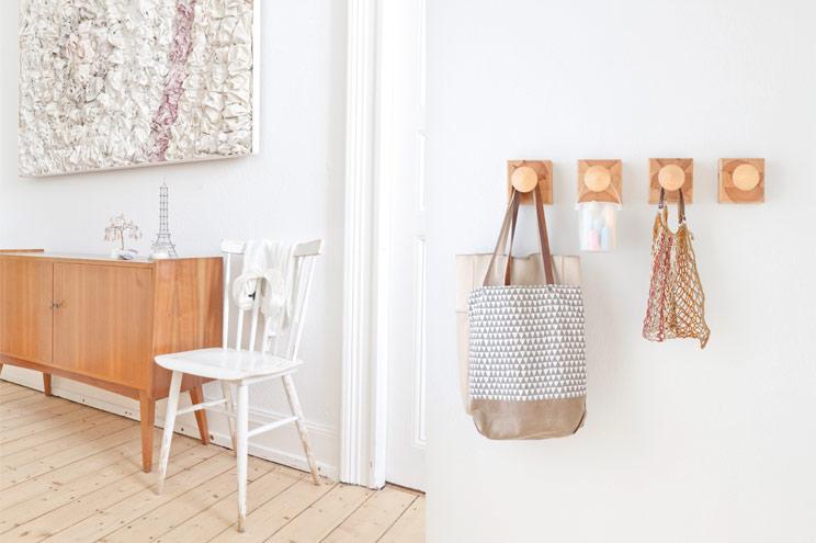 Retro Sideboard aus Holz und skandinavischer Stuhl, Vintage Garderobe mit Kleiderhaken aus Holz