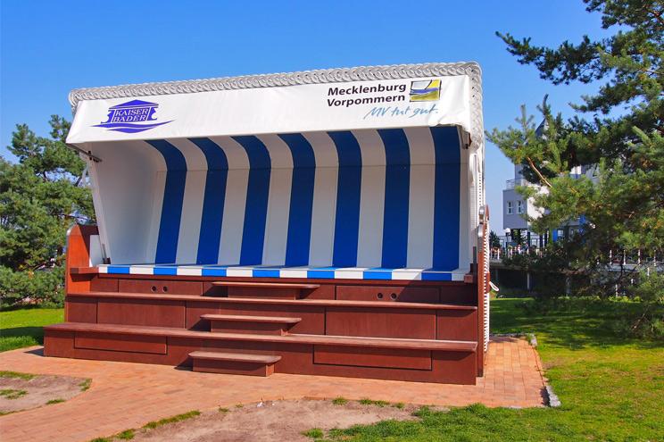 Herstellung im Korbwerk, Der größte Strandkorb der Welt an der Strandpromenade in Heringsdorf auf Usedom