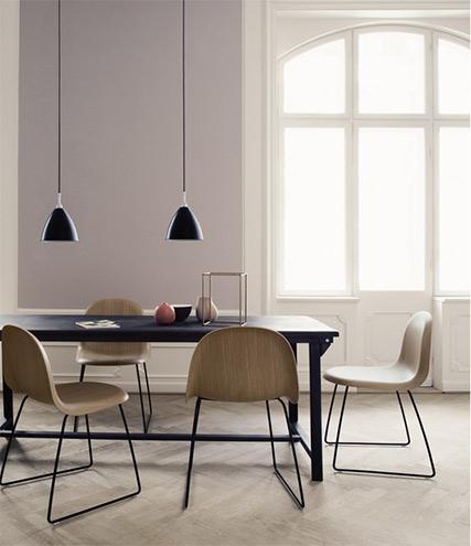 Esszimmer Möbel, skandinavisches Design, von Gubi aus Kopenhagen, Stühle und Tisch als Designklassiker