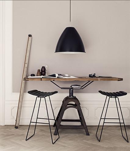 Möbel von Gubi aus Dänemark, Tisch mir Barhocker und Großer Pendelleuchte aus Metall, Industriedesign