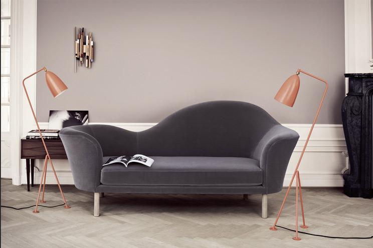 Sofa und Stehlmpe von Gubi, Design und Möbel aus Skandinavien