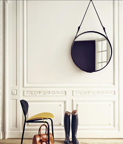Spiegel und Stuhl von Gubi Kopenhagen, Inneneinrichtung skandinavisch