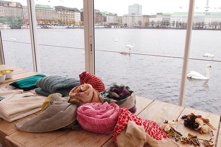 Halstücher mit Mustern und Druck und Accessoires, wie Taschen, Clutches und Ketten von HOSS INTROPIA aus der Kollektion Herbst/Winter 2013/14