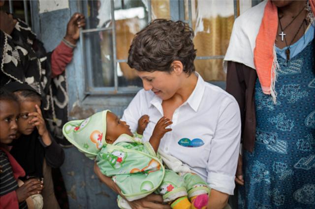 Jasmin Gerat als Botschafterin für die UNICEF Kampagne von Pampers, die die Impfung von Tetanus unterstützt