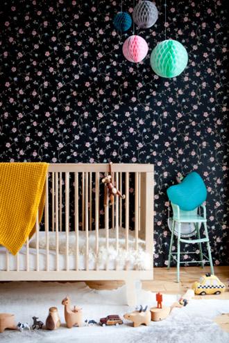 Kinderbett und Halzspielzeug, Pom Poms für Kinderzimmer
