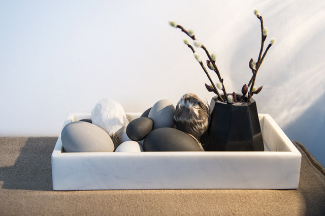 Einrichtung, Möbel und Dekoration von Madam Stoltz - Marmor Tablett und Ostereier mit Federn, Skandinavien, Dänemark