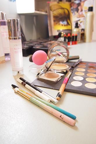 Kosmetik und Make up für Tagesmake up mit Kosmetikpinsel von Miriam Jacks, Lidschatten Palette, Tagescreme und neue Kosmetikprodukte
