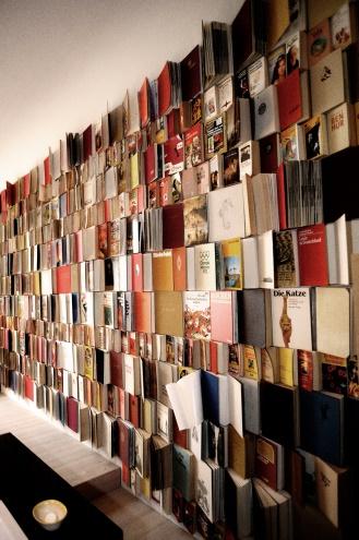 Michelberger Hotel Berlin Hotelzimmer Einrichtung mit Wand aus Büchern, Interiordesign