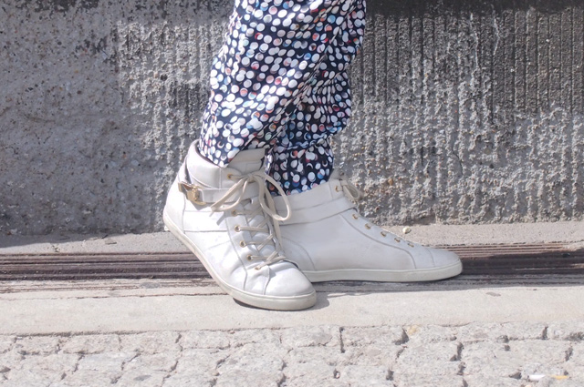 Modetrend - Weisse Sneakers zu schmalen Anzughosen, direkt online bestellen