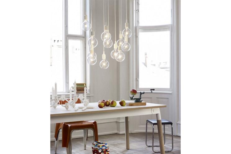 Muuto Pendellauchte, Lampe mit großer Glühbirne in Weiß