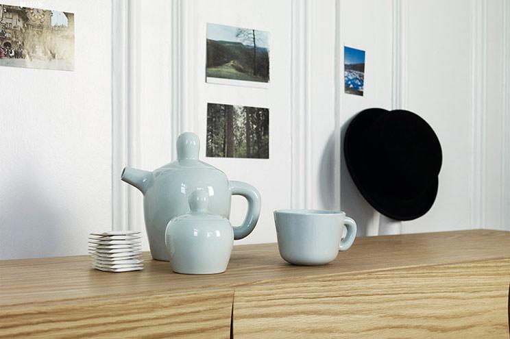 Teekanne und Tasse in Hellblau von Muuto, Porzellan für Küche und Esstisch aus Skandinavien