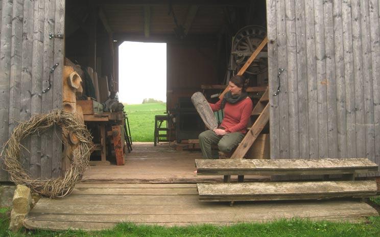 Nora Leschinski, Bildhauerin, Illustratorin, Holzkunst, mit Atelier im Erzgebirge