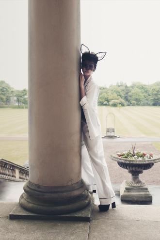Seidenpyjama in weiß und Creme und Haarreif mit Katzenohren aus Spitze