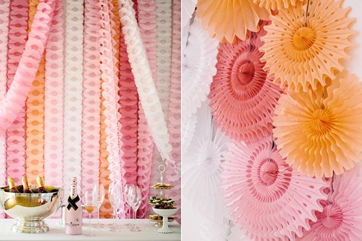 Papierrosetten und Girlanden für die Hochzeitsfeier