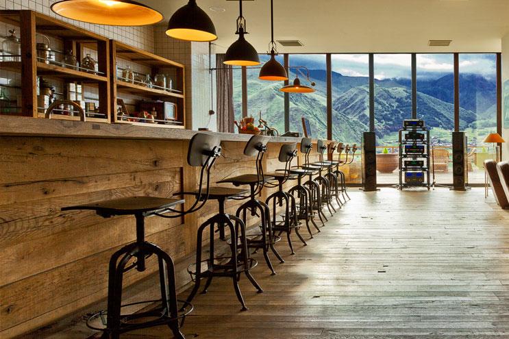 Drinks an der bar vom Rooms Kazbegi hotel zwischen Bergen