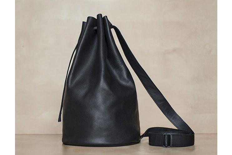 Schwarzer minimalistischer Lederbeutel von Mum&Co