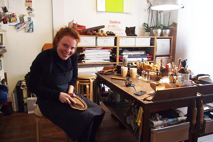 Schuhmacherin Saskia Wittmer bearbeitet Schuhsohlen
