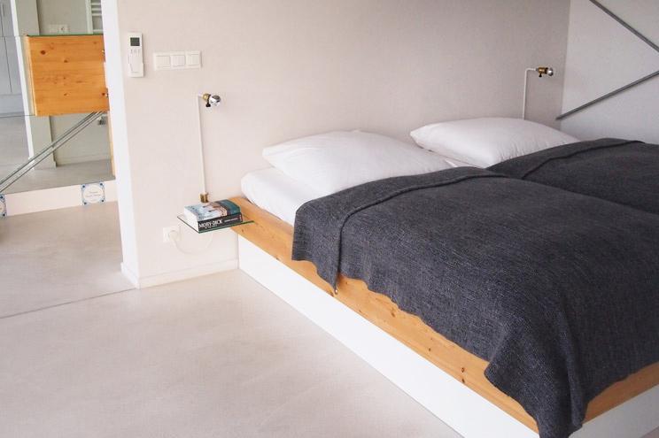 Schlafzimmer und Inneneinrichtung auf dem Hausboot in Berlin Friedrichshain