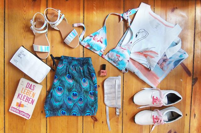 Koffer packen für den Urlaub, die richtige Reisegarderobe für Miami mit Flamingo, Palmen und bunten Prints