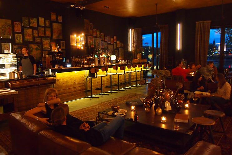 Bar des Speicher7 am Abend