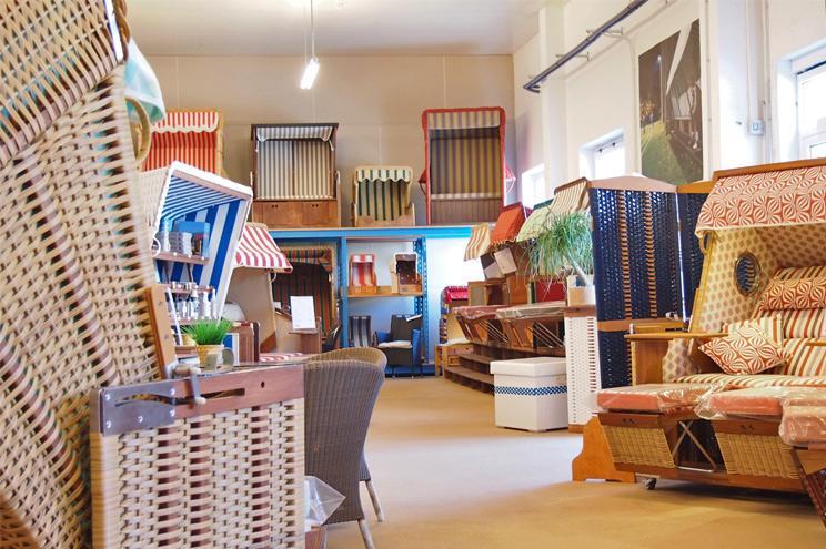 Strandkörbe im Showroom des Korbwerk auf Usedom, Auswahl und verschiedene Modelle zum Bestellen, Strandkörbe kaufen, Sonderanfertigung