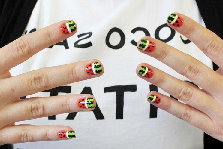 Fingernägel mit Erdbeer Muster von Fingerbang