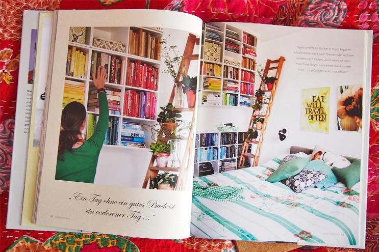 Buch - Style Interiors von Marion Hellweg - Wohnen und Einrichten mit Farbe, Regal mit Büchern sortiert nach Farbe, Marion Hellweg