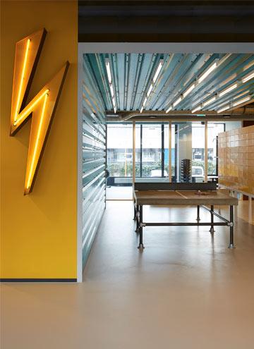 The Student Hotel Amsterdam, Gemeinschaftsraum, Lobby mit Neonleuchte Blitz und Tischtennis