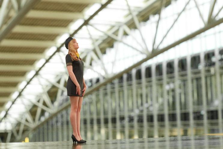 Twinkind - Stewardess am Flughafen