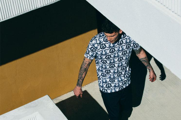 Männermode bei Urban Outfitters mit Printshirts und Jersey