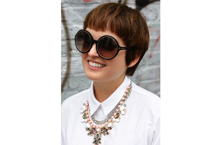 Vreni von neverever.me mit runder Sonnenbrille