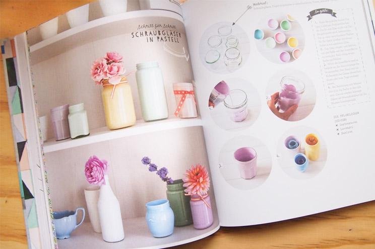 Blumenvasen aus Gläsern mit Farbe selber machen - Wohntrend Pastell